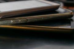 在桌上的被堆积的电话 库存照片