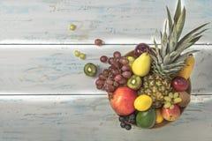 在桌上的被安排的水果钵 库存图片