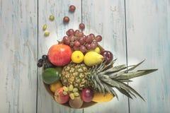 在桌上的被安排的水果钵 免版税库存图片