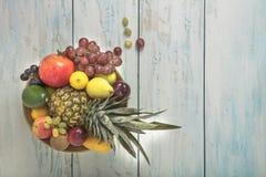 在桌上的被安排的水果钵 免版税图库摄影