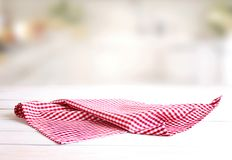 在桌上的被检查的红色野餐布料 图库摄影