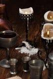 在桌上的被烧的蜡烛 免版税库存图片