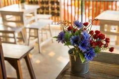 在桌上的装饰花在咖啡店,泰国 免版税库存照片