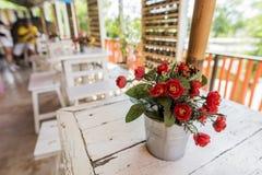 在桌上的装饰花在咖啡店,泰国 库存照片