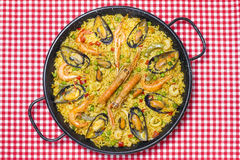 在桌上的西班牙肉菜饭 库存图片