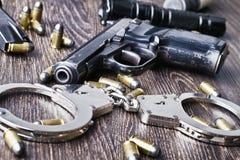 在桌上的警察设备。 免版税库存图片