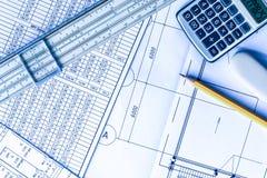 在桌上的计划,画铅笔,画统治者和计算器 免版税库存照片