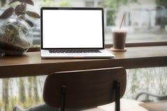 在桌上的计算机在咖啡店里面 免版税库存图片