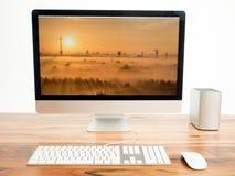 在桌上的计算机 免版税图库摄影
