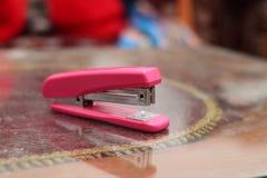 在桌上的订书机桃红色,版本2 免版税库存图片