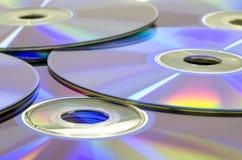 在桌上的许多发光的雷射唱片媒介 免版税库存图片