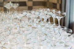 在桌上的许多空的香槟玻璃在餐馆 图库摄影