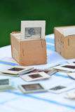 在桌上的许多老幻灯片在庭院里 免版税库存照片