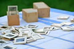 在桌上的许多老幻灯片在庭院里 库存图片