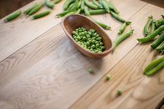在桌上的豌豆 免版税库存照片