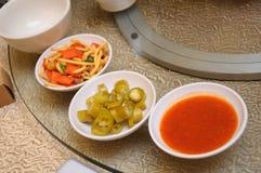 在桌上的辣椒和快餐开胃菜 图库摄影