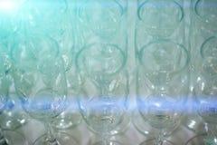 在桌上的透明的空的酒杯 库存照片