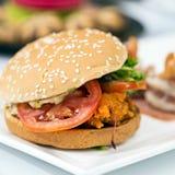 在桌上的速食美味的肉汉堡包 库存图片