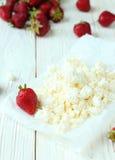 在桌上的酸奶干酪 免版税库存照片
