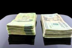 在桌上的金钱 免版税库存图片