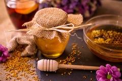 在桌上的金黄蜂蜜瓶子 免版税图库摄影
