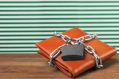 在桌上的钱包锁 免版税库存照片