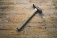 在桌上的锤子 免版税库存照片