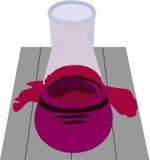 在桌上的锥形烧瓶用桃红色解答和水坑 免版税库存照片