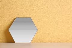 在桌上的镜子在墙壁附近 免版税库存照片