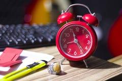 在桌上的闹钟 图库摄影