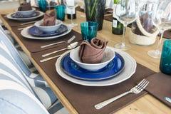 在桌上的陶瓷碗筷 免版税库存图片