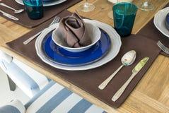 在桌上的陶瓷碗筷 库存照片