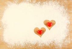 在桌上的面粉与心脏 免版税库存图片