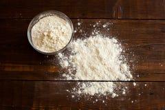 在桌上的面粉 库存照片