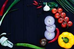 在桌上的顶视图用各种各样的蕃茄,葱切片,辣椒活力 免版税库存照片