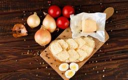 在桌上的顶视图用面包乳酪和菜 库存照片