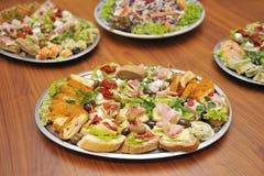 在桌上的食物 免版税库存照片