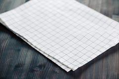 在桌上的餐巾在透视 餐巾接近的顶视图嘲笑为设计 免版税图库摄影