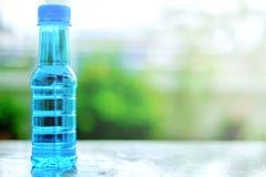 在桌上的饮用水瓶 库存图片