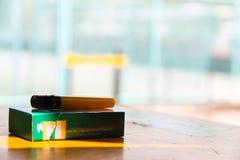 在桌上的香烟 免版税库存照片