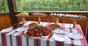 在桌上的鲜美煮沸的小龙虾 股票录像
