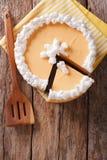 在桌上的鲜美被切的南瓜乳酪蛋糕特写镜头 垂直 免版税库存照片