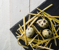 在桌上的鹌鹑蛋 被察觉的壳 维生素早餐 免版税库存照片