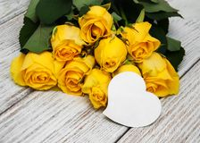 在桌上的黄色玫瑰 图库摄影