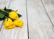 在桌上的黄色玫瑰 库存照片