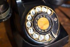 在桌上的黑葡萄酒电话 免版税库存照片