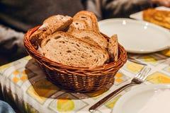 在桌上的黑面包篮子 库存照片