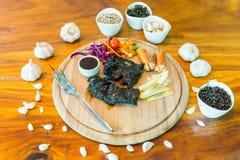在桌上的黑鸡牛排 免版税库存照片