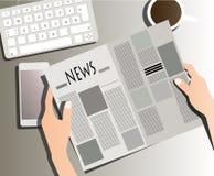 在桌上的读书报纸 免版税库存图片