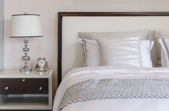 在桌上的经典灯样式在豪华卧室 免版税库存照片